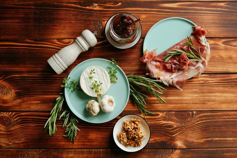 idee per apericena ingredienti piatti prosciutto crudo aglio marmellata fichi brie formaggio