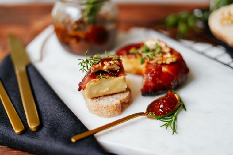idee per cena con amici formaggio brie prosciutto crudo cucchiaio marmellata fichi