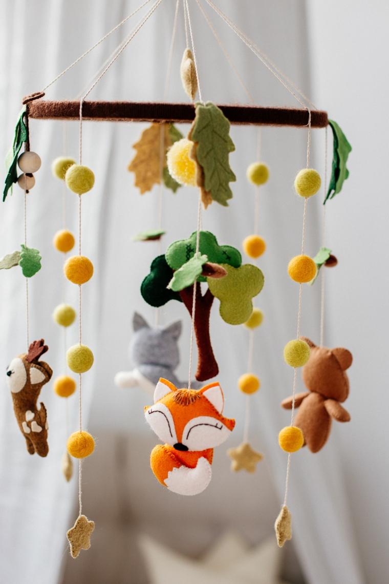 idee regalo battesimo maschio giocattoli appendere culla lettino animali foglie autunno