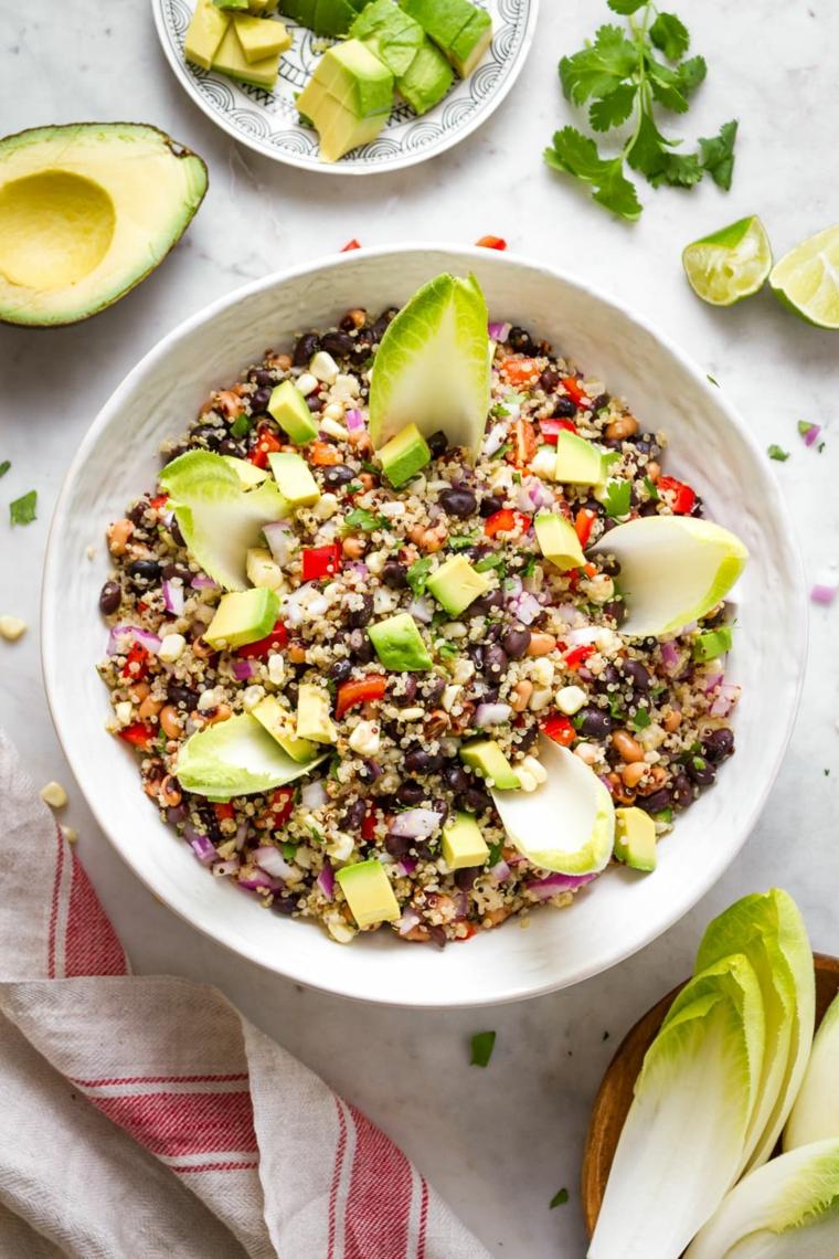 insalata quinoa avocado verdure pomodorini lattuga prezzemolo ciotola piatto apericena