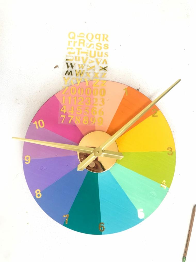 Creare con il legno, orologio di legno forma circolare con lancette e numeri adesivi