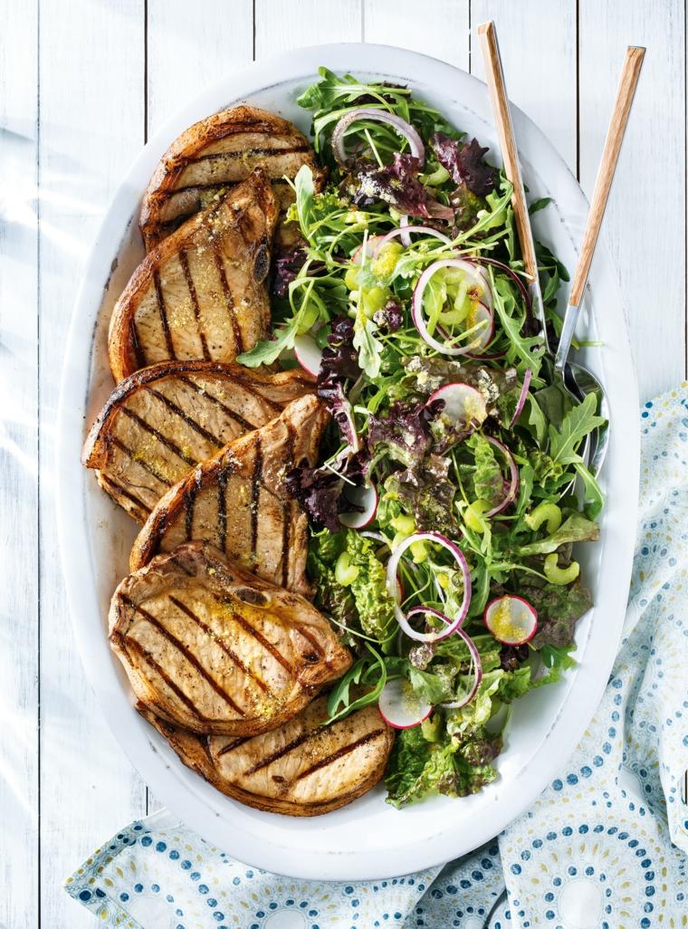 menu cena tra amici economica bistecche griglia contorno verdure cipolla ravanelli