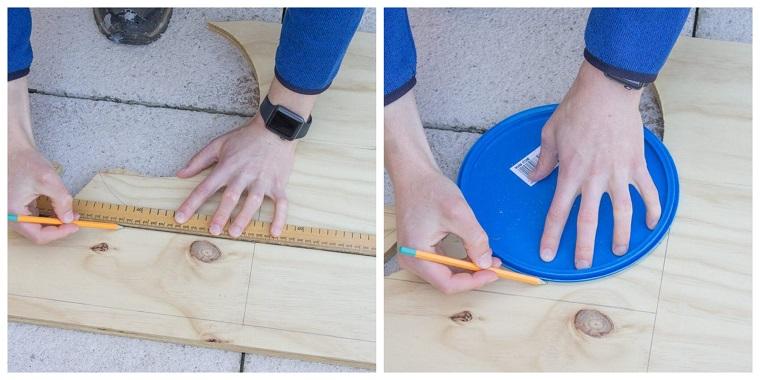 Uomo che disegna con matita e righello su un pezzo di legno, creare con il legno