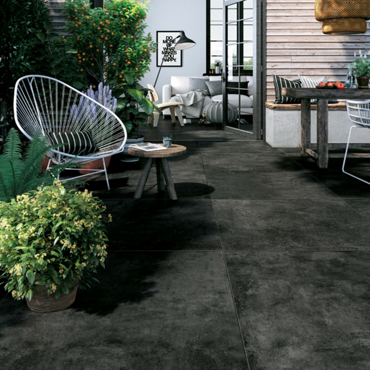 outdoor rivestimento pavimento piastrelle in ceramica colore grigio sedia tavolino piante