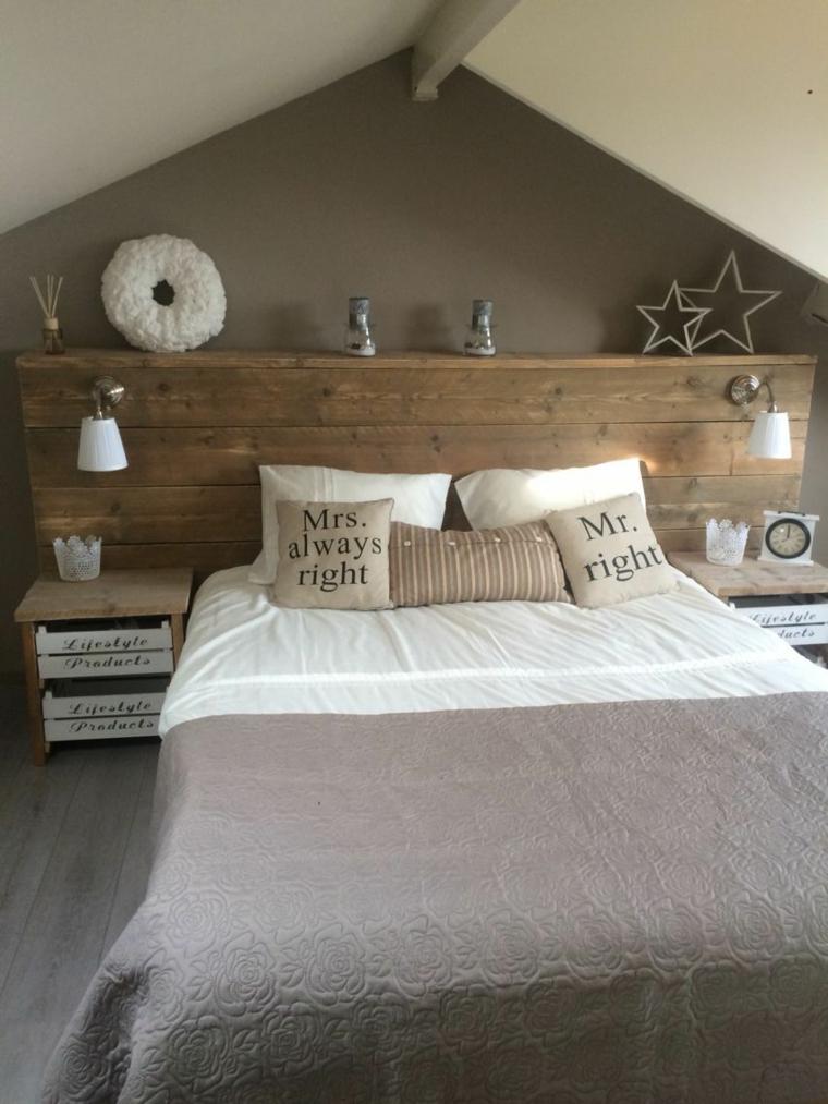 Pallet come testata del letto, comodini in legno, cuscini letto con scritte