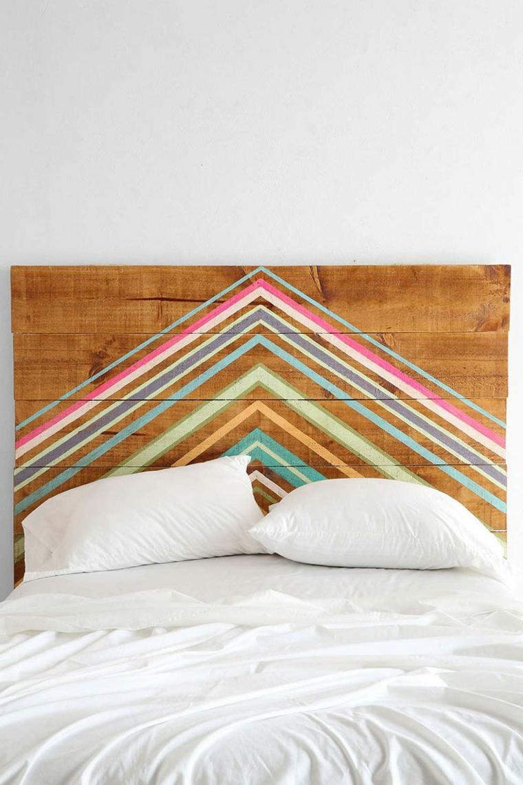 Testiera letto in pallet, bancale di legno come testata con disegni colorati