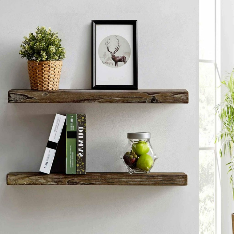 Cosa costruire con il legno, due mensole di legno con libri e cornici per foto