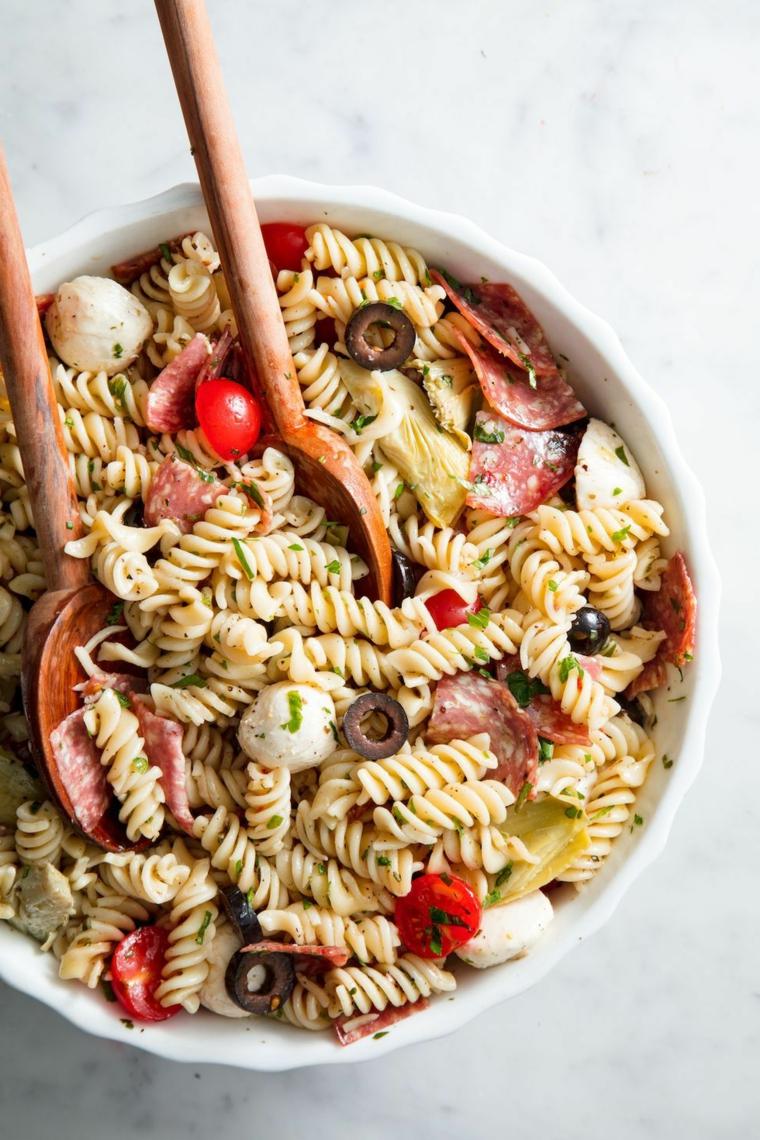 pasta fredda apericena estivo ricette fusilli olive pomodorini mozzarella ingredienti