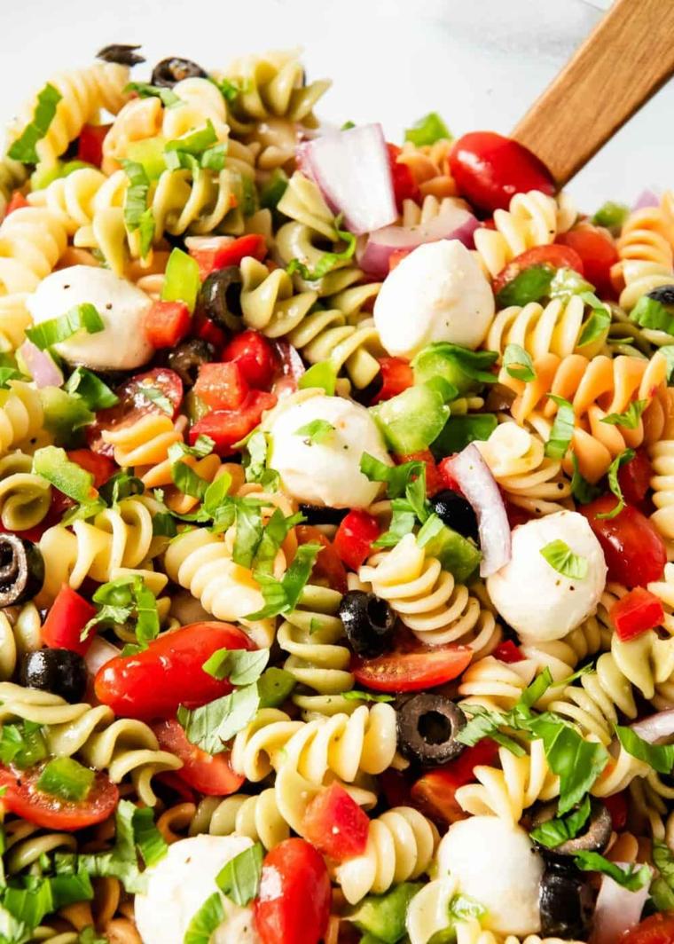 pasta fredda apericena ingredienti mozzarella pomodorini olive fusilli prezzemolo