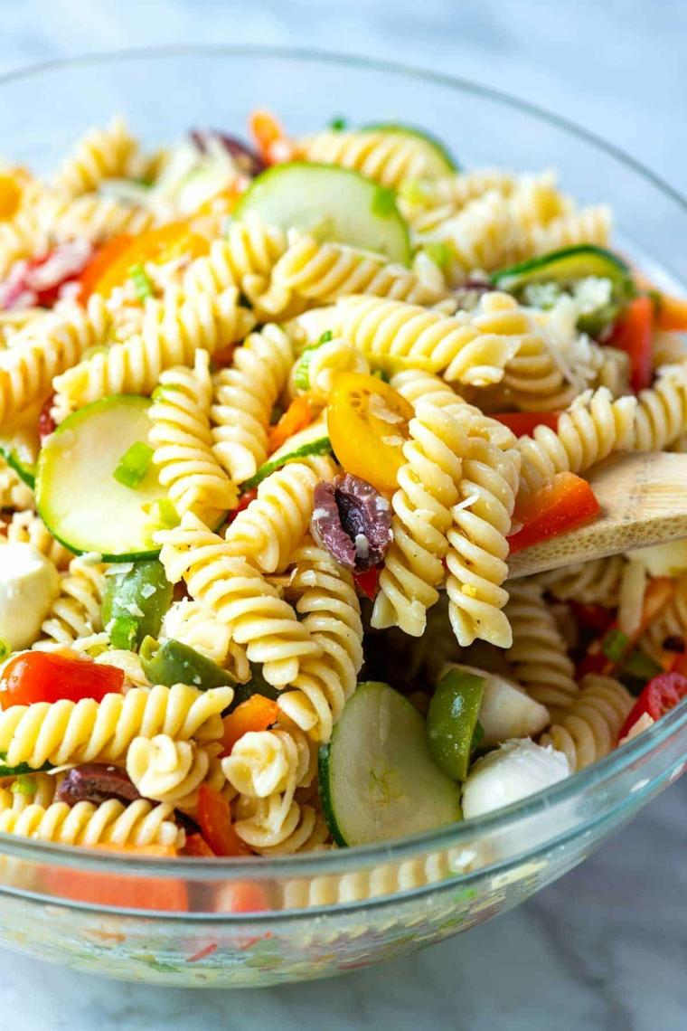 pasta fredda aperitivo esttivo ricetta apericena fusilli olive mozzarella cetriolo