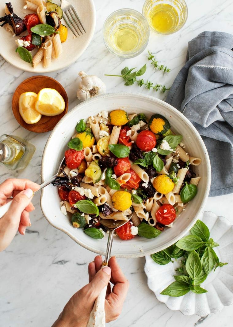 pasta fredda cena tra amici ricette sfiziose olive pomodorini foglie basilico succo limone