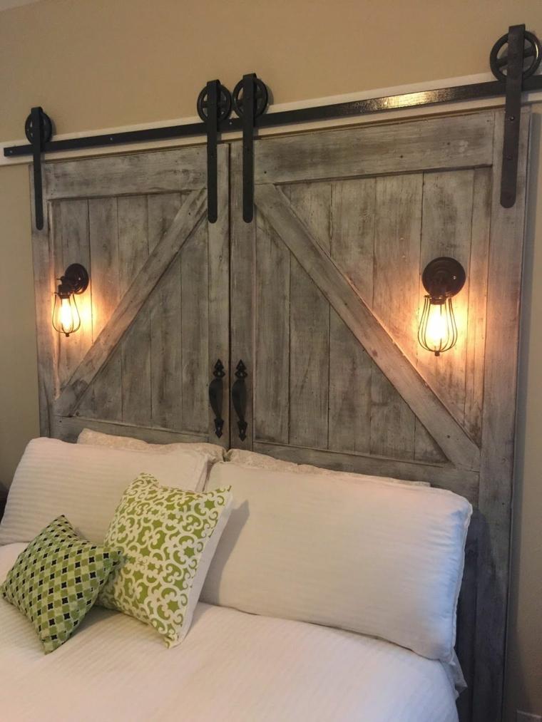 Porta di legno come testiera del letto, camera da letto con mobili di legno