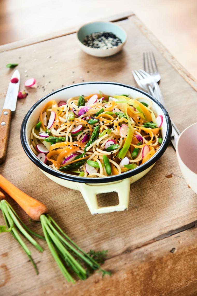 preparazione cena facile e sfiziosa tegame verdure tagliate julienne carota tagliere coltello