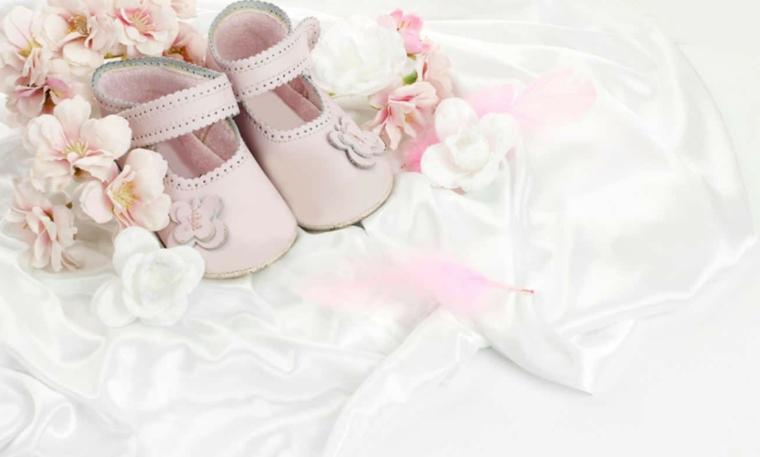 regali originali battesimo scarpette rosa fiori abito bianco bimba chiesa
