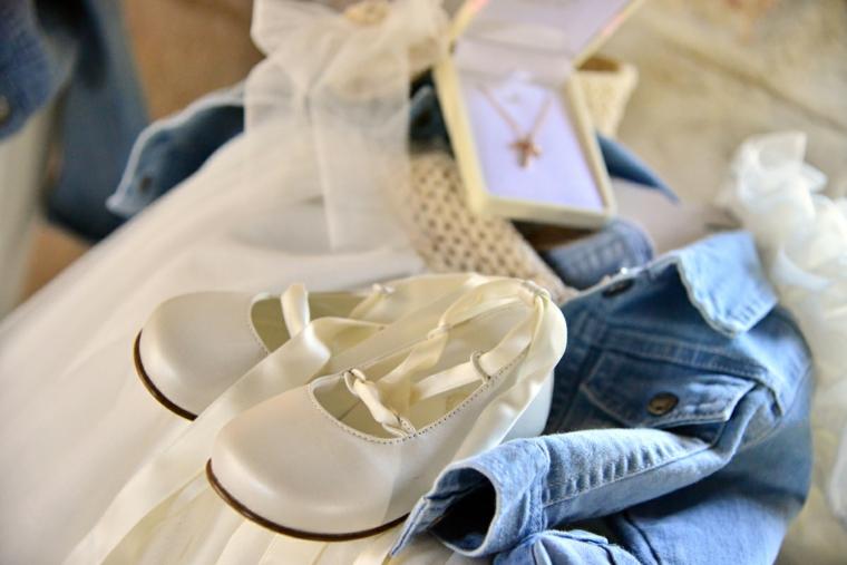 regalo battesimo bimba scarpette giacca jeans scatola gioielli collana croce