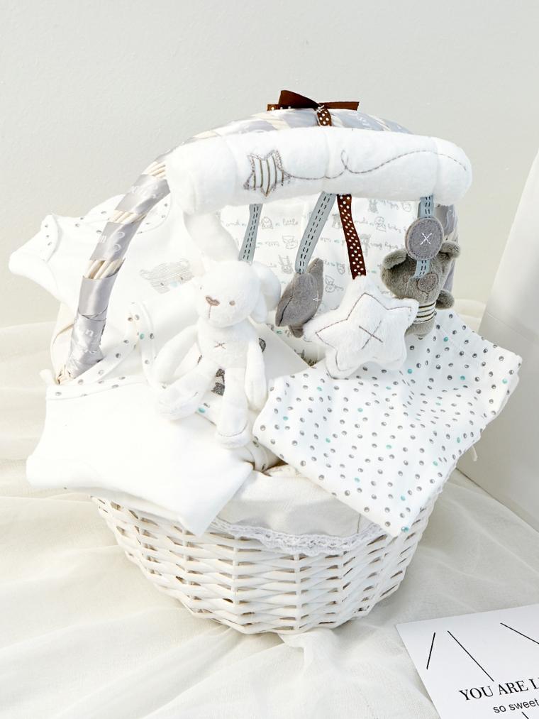 regalo battesimo maschio cesto giocattoli coperte lenzuola lettino neonato