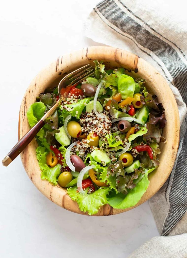 ricette con quinoa ciotola verdure olive cipolla apericena vegetariano