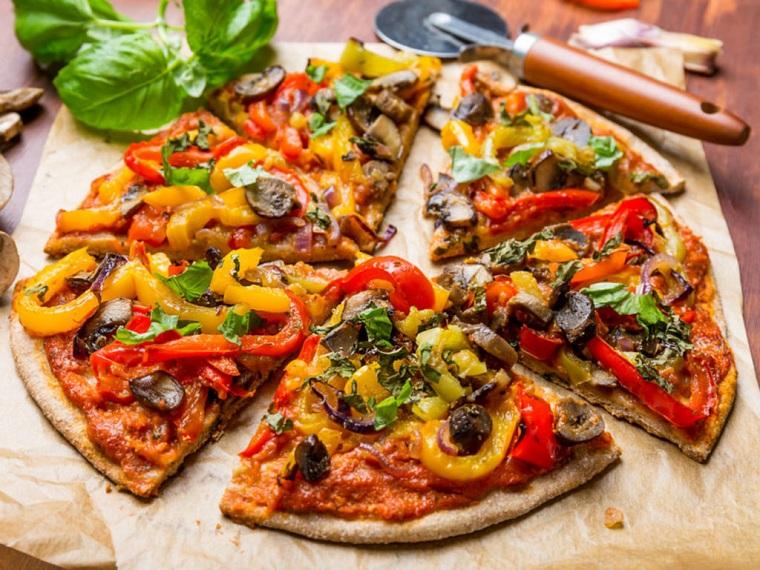 ricette facili e veloci per cena pizza vegana verdure peperoni olive salsa pomodoro
