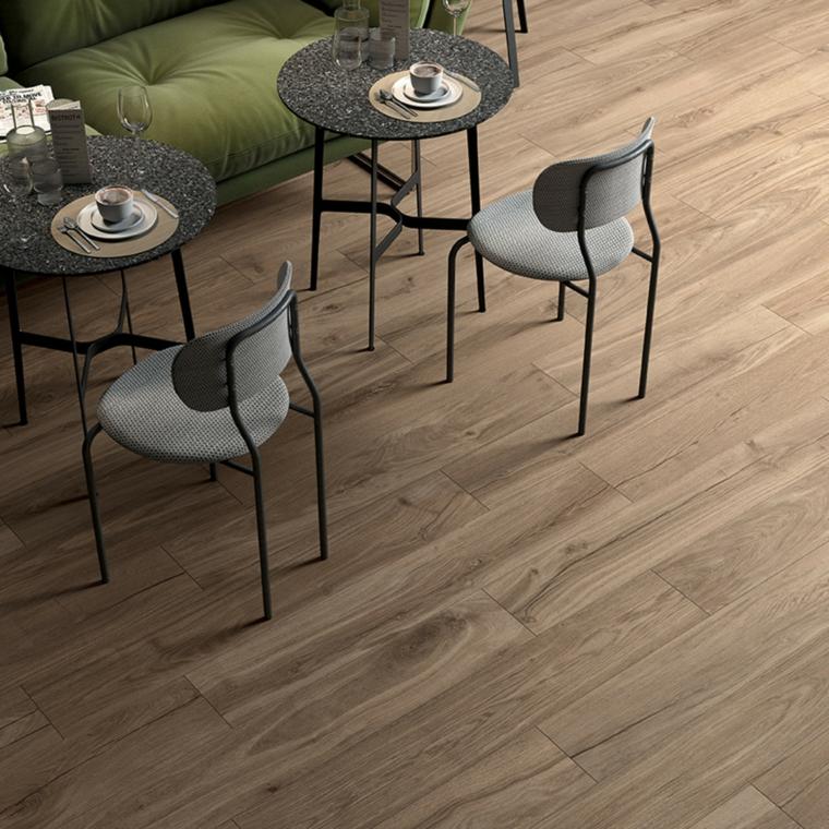 sala da pranzo soggiorno divano tavolini sedie pavimento legno ceramica