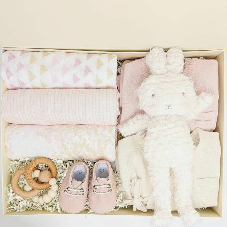 scatola idee originali per regalo battesimo coperte lettino peluche coniglietto scarpette giocattoli legno
