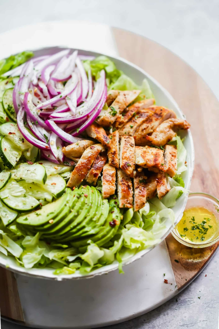 secondo piatto unico fette avocado petto pollo tagliato cipolla salsa
