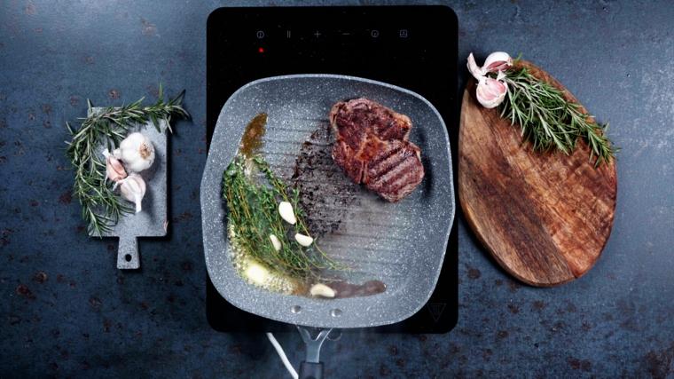 secondo piatto veloce in padella steak di manzo con aglio e rosmarino