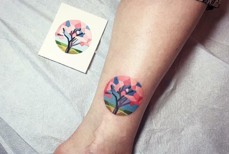 significato albero della vita tatuaggio caviglia gamba donna disegno colorato cerchio