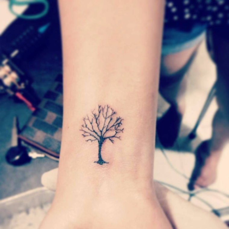 significato albero della vita tatuaggio polso mano donna tatto disegno