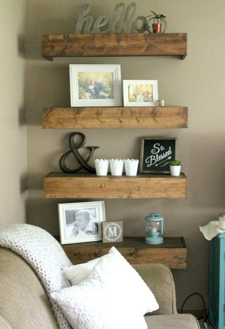 Creare con il legno, mensole di legno con fotografie e scritte, soggiorno con mensole di pallet