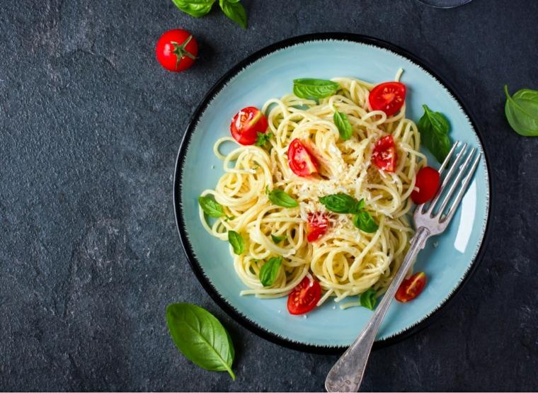 spaghetti bianco pomodorini foglie basilico piatto forchetta primo piatto cena