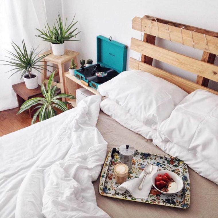 Come fare una testiera, bancale di legno con testata del letto, decorazioni con vasi di piante