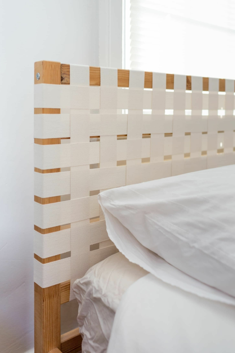 Testata letto in nastri bianchi, cuscino con fodera bianca, come rivestire una testata del letto