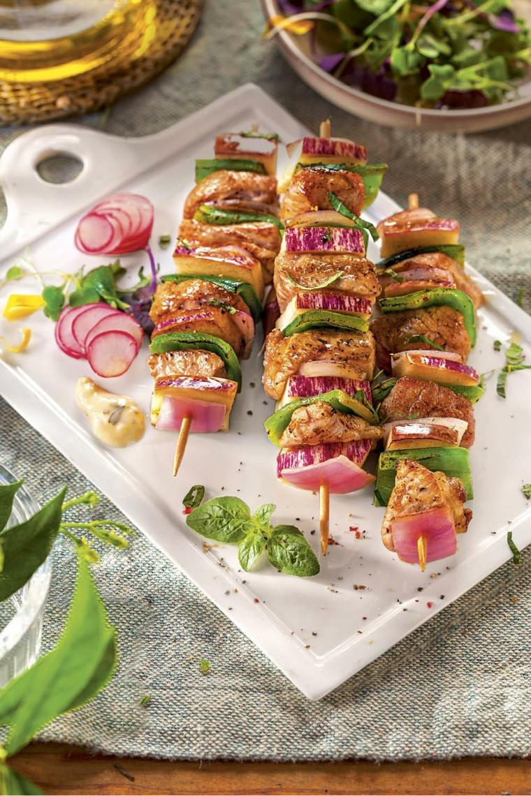 spiedini verdure pollo carne cosa cucinare per cena di sfizioso contorno insalata verde