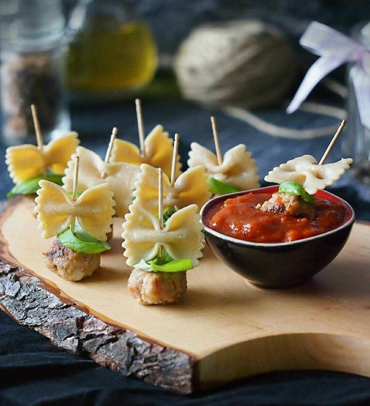 stuzzichini aperitivo pasta fredda polpette salsa pomodoro tagliere legno