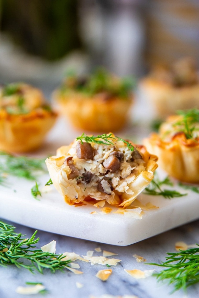 stuzzichini per aperitivo cestini pasta filo pollo funghi formaggio erbette fresche rosmarino