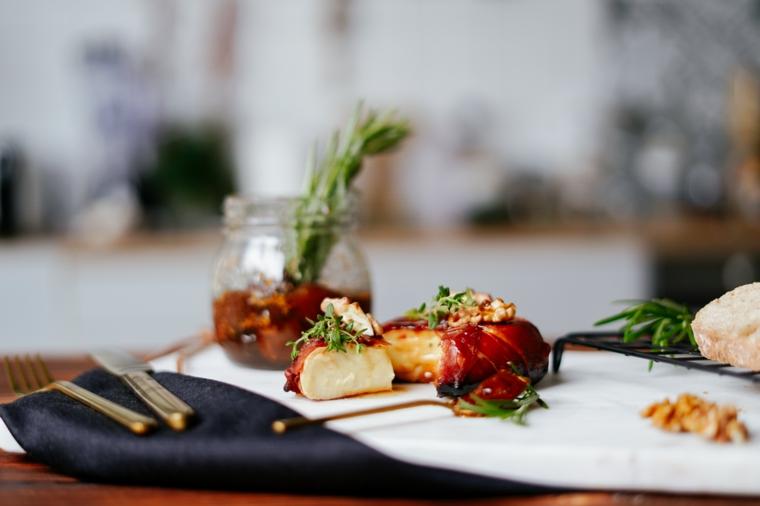 stuzzichini per aperitivo economici formaggio brie prosciutto crudo rosmarino noci prosciutto crudo