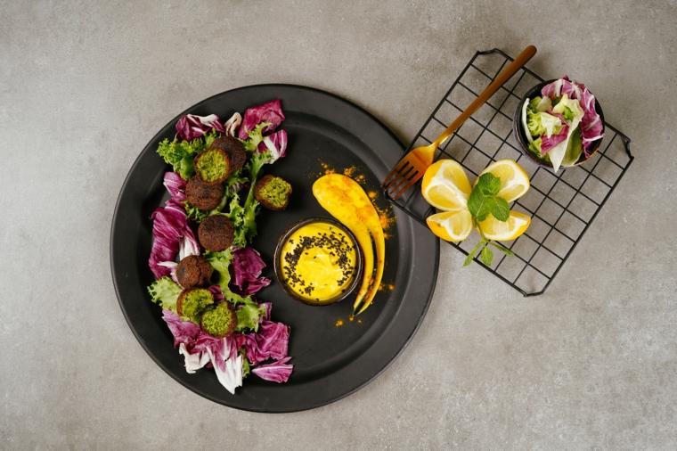 stuzzichini veloci ed economici per aperitivo falafel ceci rete limone verdure lattuga radicchio
