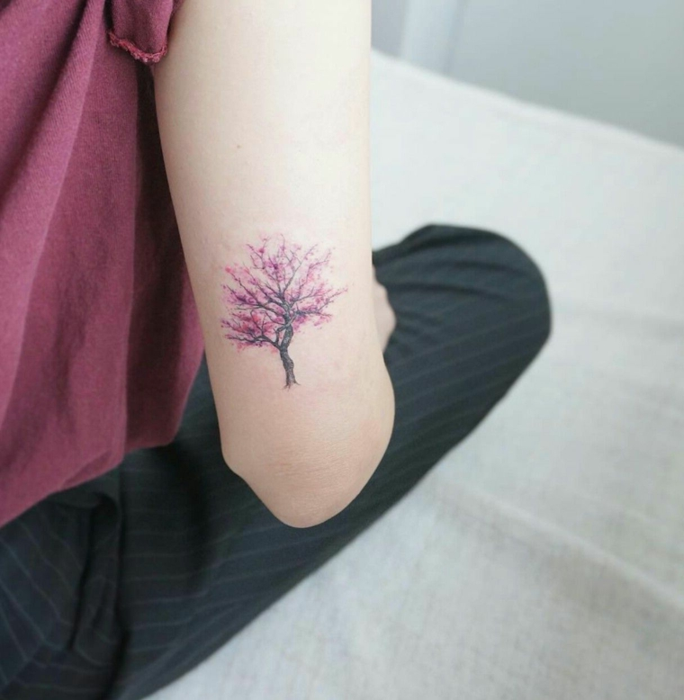 tatuaggio albero della vita disegno colorato tattoo braccio colorato donna