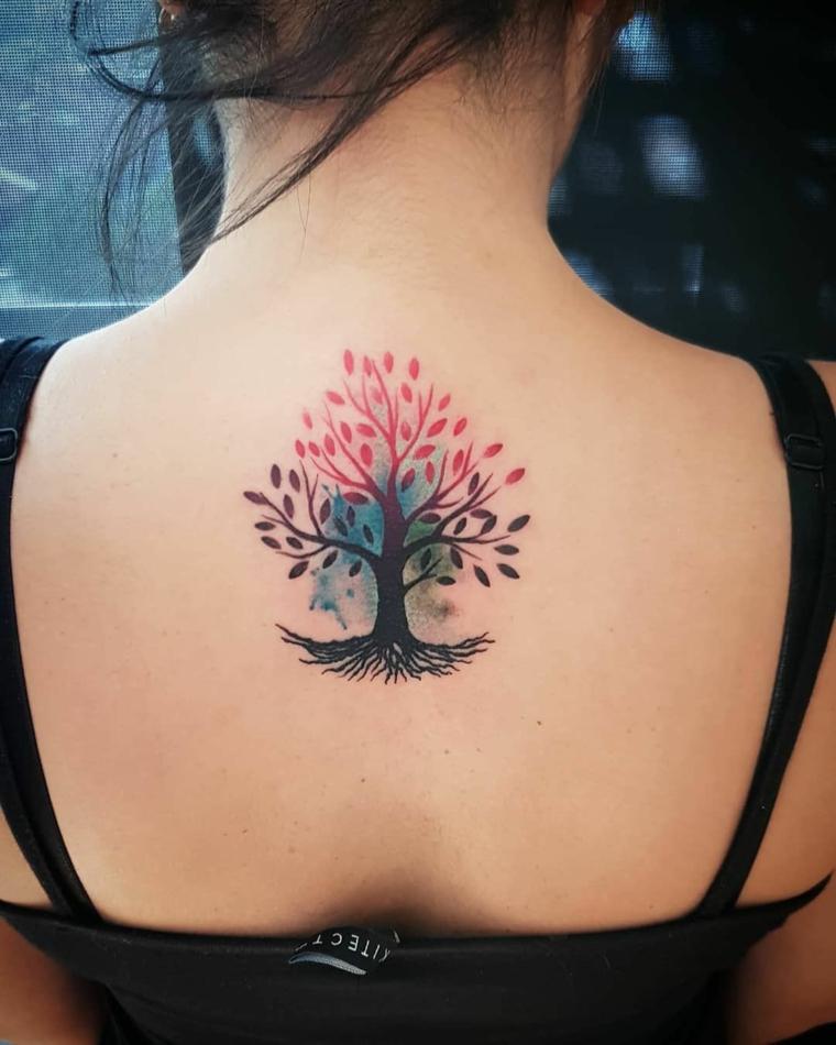 tatuaggio albero della vita donna schiena tattoo colorato capelli legati