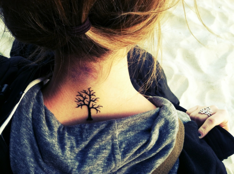 tatuaggio collo mandala albero della vita ragazza capelli legati donna felpa