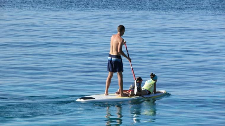 tavola paddling uomo bambini pagaia mare acqua onde sport acquatico