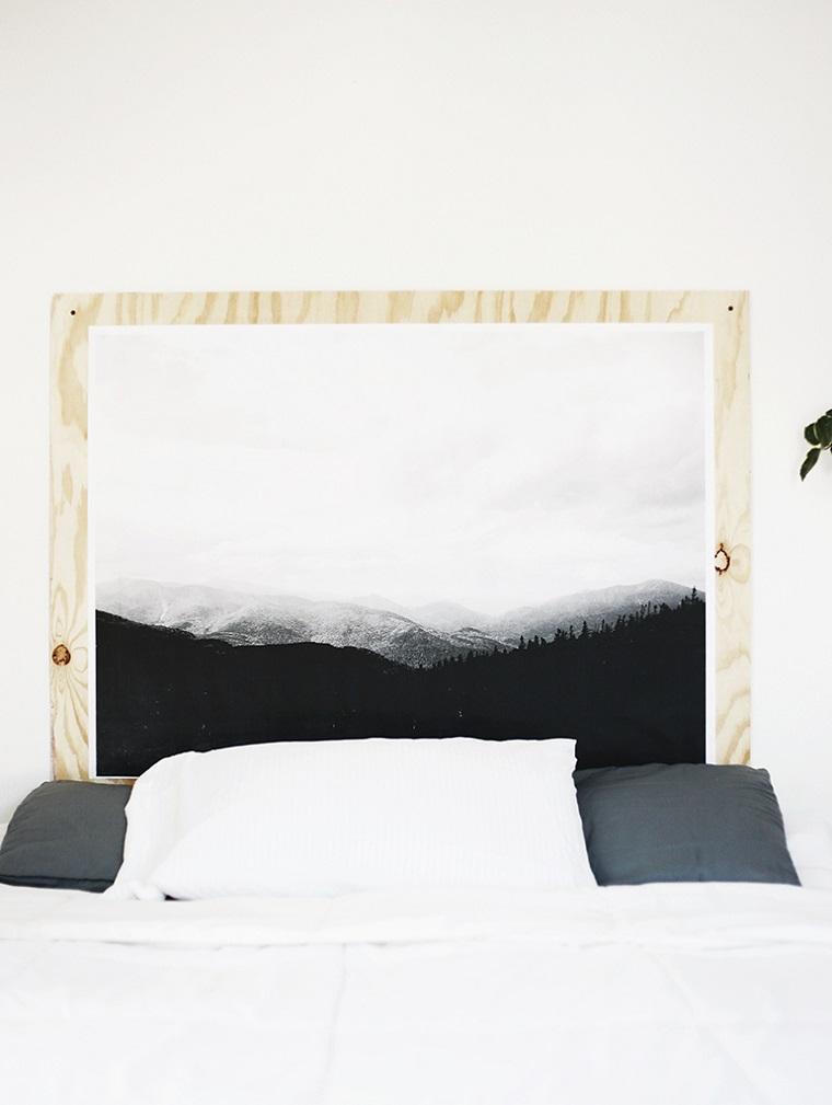 Come decorare la testata del letto, camera con letto matrimoniale, testata con cornice di legno dipinta