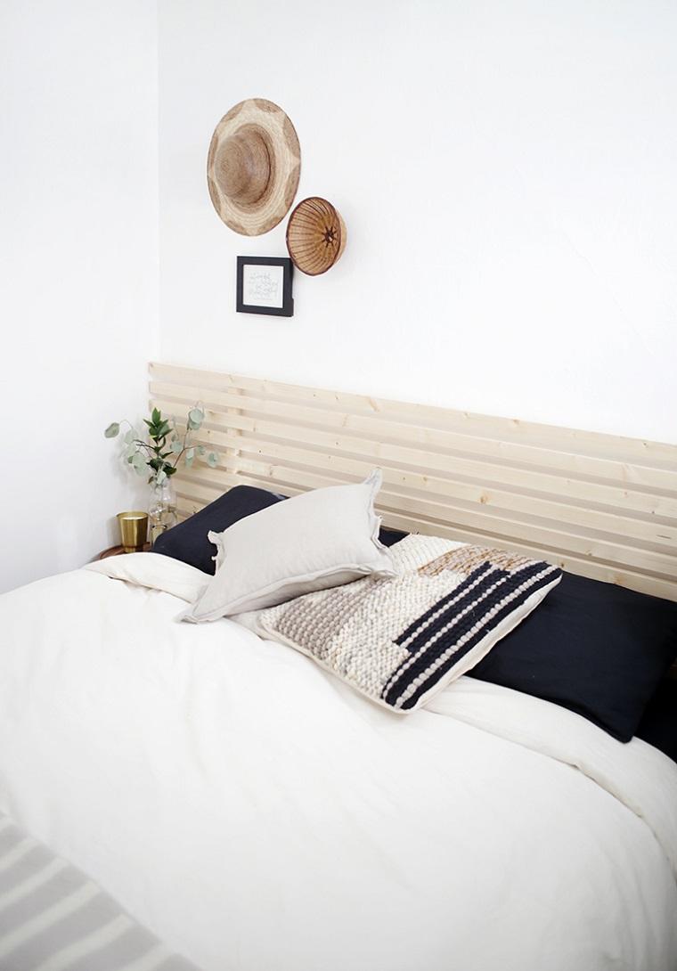Come decorare la testata del letto, camera da letto con pareti bianche, testa con ringhiera di legno