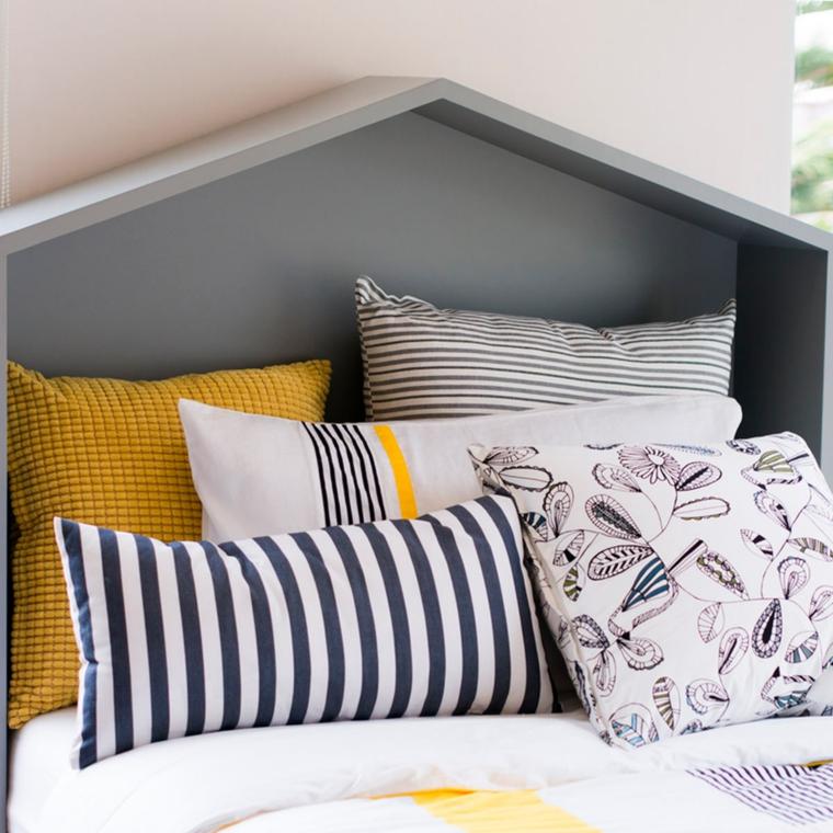 Come decorare la testata del letto, letto con cuscini colorati, testata di legno grigio