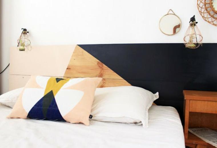 Come fare una testiera, pannello di legno come testata del letto, letto con cuscini colorati