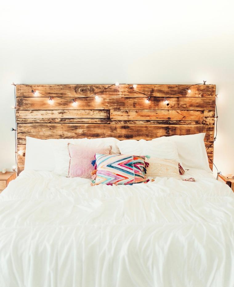 Pallet come testata del letto, bancale di legno con fili di luci, come decorare la testata del letto