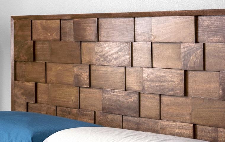 Testiera letto matrimoniale legno, camera da letto con pareti bianche, testa in legno con rilievo