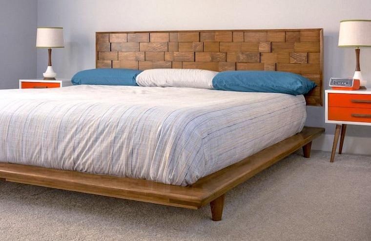 Camera da letto con tappeto, comodini con due lampade, spalliera letto fai da te
