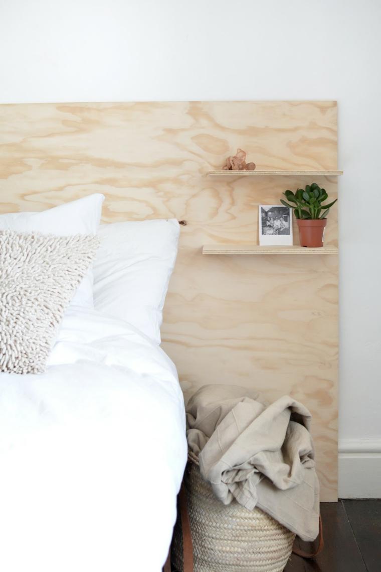 Pannello di legno con mensole come testata del letto, spalliera letto fai da te