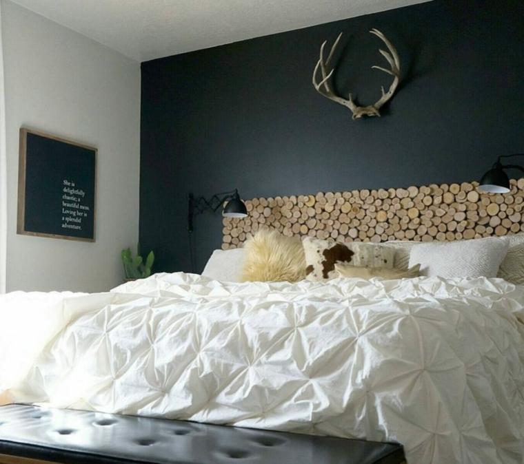 Spalliera letto fai da te, testata del letto con tronchetti di legno, parete nera in camera da letto
